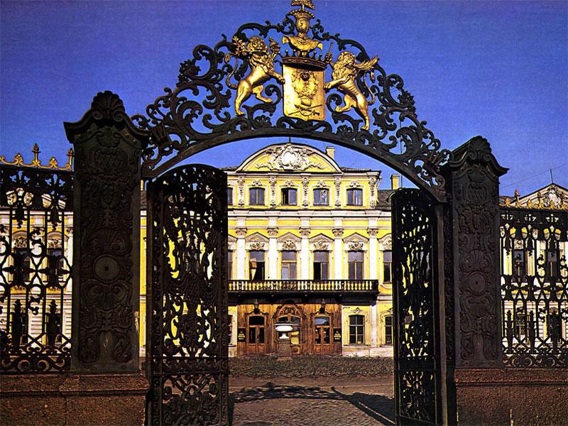 Автобусный тур «Открытие фонтанов + Ночь музеев»